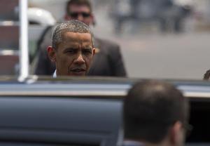 """Rápidamente, Obama abordó el vehículo conocido como """"La Bestia"""", el automóvil oficial del presidente."""