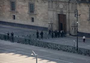 También Palacio Nacional y el Zócalo capitalino, el primer lugar a donde se dirigió el presidente norteamericano, estuvo resguardado por elementos de seguridad.