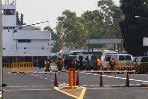 Desde antes de su arribo a la capital, elementos del Ejército mexicano resguardaban el hangar presidencial, a donde llegó el avión de Obama.