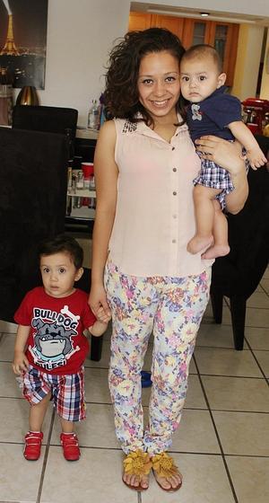 Alejandra Fabiola Gutiérrez feliz con sus pequeños.