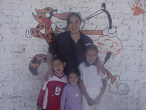 Sthepanie Campos en compañía de sus hijos.