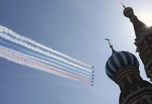 El plato fuerte de la parada de este año en Moscú fue la participación de la aviación militar: un total de 68 aparatos, entre aviones y helicópteros, sobrevolaron en perfecta formación la principal plaza de Rusia.
