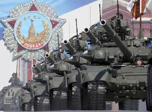 Sobre el histórico adoquinado de la plaza Roja pasaron formaciones de transportes blindados BTR-82f, carros de combate T-90, piezas de artillería autopropulsadas Msta-S, lanzaderas múltiples de cohetes, sistemas de misiles antiaéreos S-400, y cohetes tácticos Iskander e intercontinentales Tópol-M.