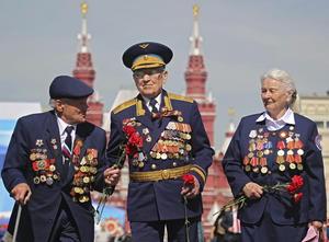 Veteranos de la Segunda Guerra Mundial asistieron al tradicional desfile militar por el Día de la Victoria.