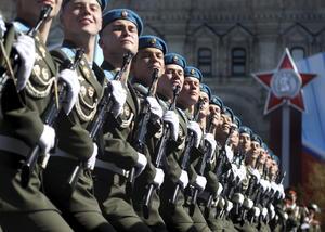 Soldados rusos desfilaron durante las celebraciones por el Día de la Victoria, que conmemora el triunfo de la Unión Soviética y los Aliados sobre la Alemania nazi durante la II Guerra Mundial.