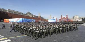 Más de 11,000 efectivos de las distintas ramas de las Fuerzas Armadas rusas y un centenar de unidades de armamento pesado desfilaron ante las tribunas de honor, instaladas a ambos costados del mausoleo de Vladímir Lenin, el fundador del Estado soviético.