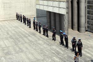 De inmediato llegaron policías y rodearon la Estela, por lo que impidieron que más activistas lograran subir.