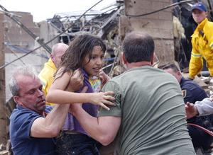La población y los cuerpos de rescate trabajan en la asistencia a los ahora damnificados.