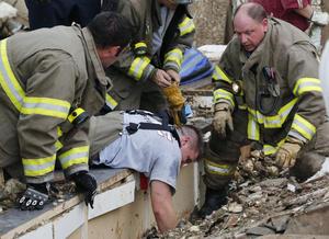 Según la televisión local KFOR, son cuatro los muertos, entre ellos un niño, mientras que la cadena CNN eleva el número de fallecidos a seis.