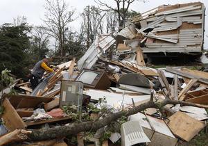 El tornado arrasó a su paso numerosas casas y algunas escuelas, según imágenes captadas por la televisión local KFOR.