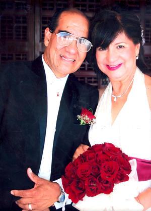 Lic. Eduardo  Alvarado Chávez y Profra. María del Carmen Morales de Alvarado celebran 45 años de feliz matrimonio.