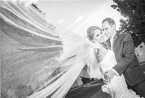 Srita. Karla  Marcela Castillo Medina y Sr. Jorge Flores Zaher Braña lucieron muy enamorados el día de su boda.- Alanis Fotografía