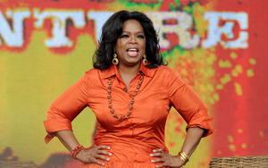 La primera mujer del mundo del espectáculo en aparecer es la presentadora de televisión estadounidense Oprah Winfrey, que ocupa el decimotercer lugar.