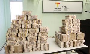 En total fueron contabilizados 88 millones 560 mil 650 pesos en las cinco cajas de cartón que fueron decomisadas en una oficina ubicada en Nacajuca.