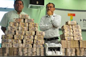 El dinero estaba en cinco cajas de cartón, la mayoría en fajos de billetes de 500 y mil pesos.