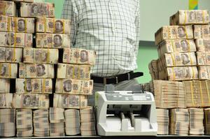 El procurador tabasqueño, Fernando Valenzuela, dijo que agentes a su cargo detectaron que el dinero era trasladado en cajas de cartón del despacho contable de Saiz, en Villahermosa, a una casa en el municipio de Nacajuca, cerca de la capital.