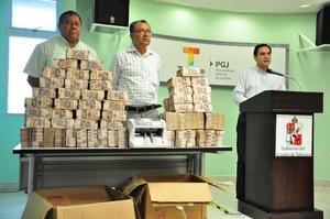 La Procuraduría de Tabasco mostró el dinero que estaba en el despacho del exsecretario de Finanzas del Estado.