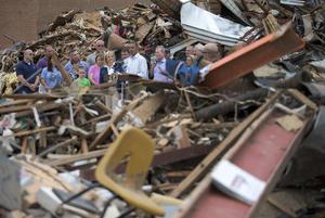 En rueda de prensa, en la comunidad de Moore, la más afectada por el tornado de intensidad EF-5, el mandatario llamó a los estadunidenses que puedan ayudar a las víctimas de alguna manera, a que lo hagan, ya sea como voluntarios o donando a organizaciones como la Cruz Roja.