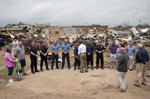 Obama estuvo hablando también con miembros de los equipos de primera respuesta.