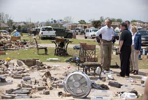 Acompañado por el director de la agencia federal de emergencias (FEMA), Craig Fugate, Obama visitó también una de las escuelas de educación primaria arrasadas por el tornado.