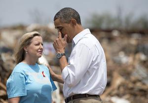 """""""Quiero hacer saber a todos aquellos afectados por el tornado que vamos a estar con ustedes en cada paso del camino"""", insistió el presidente tras poder comprobar con sus propios ojos el alcance de la destrucción."""