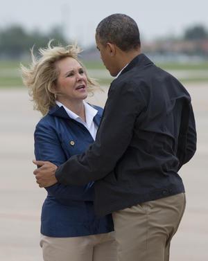 """Obama llegó a la Base Aérea de Tinker a bordo del avión presidencial """"Air Force One"""", en una visita de varias horas por las zonas más afectadas por la tormenta, en compañía de la gobernadora de la entidad, María Fallin."""