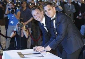 Bruno Boileau y Vincent Autin se convirtieron en los primeros hombres que contraen matrimonio en Francia en aplicación de la recién aprobada ley que permite uniones entre personas del mismo sexo, en una ceremonia en Montpellier, en el sureste del país.