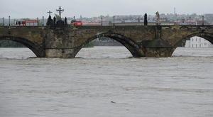 El gobierno checo ha declarado el estado de emergencia en gran parte del país, incluida la capital, Praga, donde se espera que el río Moldava alcance su nivel máximo.