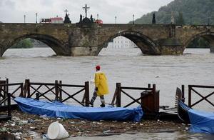 En la República Checa, el número de víctimas mortales aumentó a cinco, con la muerte de un hombre de 69 años que cayó en el desagüe del alcantarillado en la región de Klatovy, informaron fuentes policiales a la agencia checa de noticias CTK.