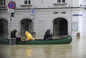 Decenas de habitantes han sido evacuados, mientras personal militar apoya la construcción de barreras contra el agua.