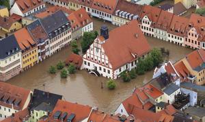En ciudades y municipios en Bavaria, Turingia y Sajonia se ha implantado el estado de emergencia, y miles de habitantes fueron llevados a lugares seguros, pues nivel de agua que inunda esas poblaciones sigue creciendo.