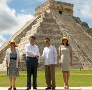 """Al término del recorrido, Peña Nieto confió en que la visita de Estado que realizó Xi a México permita dar """"pasos muy importantes"""" para concretar unos lazos bilaterales más estrechos."""