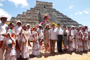 En la actividad, realizada en la urbe más importante del área maya a fines del período clásico y principios del posclásico (750 al 1200 de nuestra era), participaron las esposas de los mandatarios, Peng Liyuan y Angélica Rivera, y en todo momento tuvo un ambiente distendido y festivo.