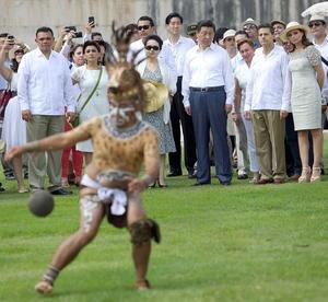 """Niños percusionistas, dirigidos por Moisés Hernández, con instrumentos prehispánicos tocaron música, mientras otros disfrazados representaban la danza del """"Adivina""""."""