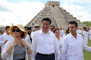 Los presidentes de China y México, Xi Jinping y Enrique Peña Nieto, recorrieron la zona arqueológica maya de Chichén Itzá.