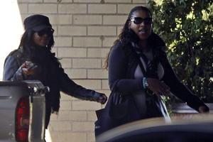 """La hija del expresidente sudafricano Nelson Mandela, Zenani Mandela-Dlamini  acompañada de su hija Zoleka Mandela (i) visitaron a """"Madiba"""" y declararon que su desenlace es """"inminente""""."""