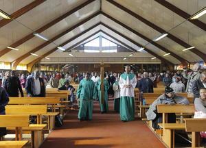 Para el 16 de junio y ante la poca mejoría que presentaba Mandela, distintas congregaciones religiosas realizaban actos de oración y lutúrgicos para pedir por su salud.