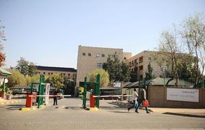 Es en el hospital de Pretoria donde Mandela se encuentra hospitalizado en el área de cuidados intensivos.