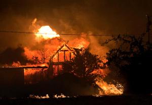 Al menos 200 de las 500 viviendas de esa localidad han quedado dañadas por el incendio.