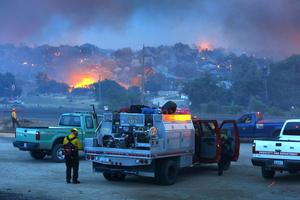 Unos 200 bomberos estaban combatiendo el incendio, que forzó además a cerrar partes de la Ruta 89 en el estado.