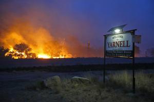 El incendio provocó, además, la evacuación de residentes de la pequeña localidad de Yarnell, situada a unos 130 kilómetros al noroeste de Phoenix.