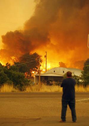 Los bomberos, pertenecientes a un cuerpo de elite, se han visto atrapados por el incendio forestal que se propagó rápidamente con la ayuda de fuertes vientos en un área conocida como Yarnell Hill.