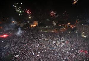 Aún ya caída la noche, la emblemática plaza Tahrir, que había sido el centro de concentración de las protestas, se veía repleta de gente que celebraba el anuncio del Ejército.