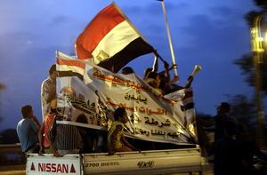 Tan pronto empezó a correr la noticia, los egipcios opositores al régimen de Mursi salieron a las calles a celebrar lo que consideran una victoria.