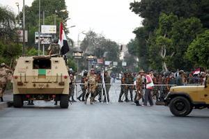 Así, las Fuerzas Armadas tomaron el control de las calles e instalaron retenes de seguridad.