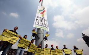 Los activistas de Greenpeace escalaron el asta bandera ubicada en el Zócalo capitalino para desplegar una manta contra los productos transgénicos.