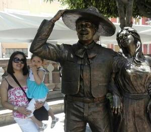 Liliana Tapia y Abby Quiroz en el Jardín de San Marcos en Aguascalientes.