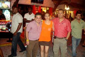 José Luis, Dulce y Alejandro en Coco Bongo, Playa del Carmen.