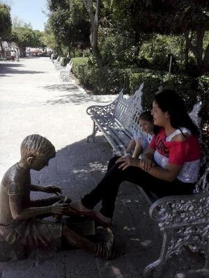 Ana Lilia y Abby Quiroz en El Jardín de san Marcos en Aguascalientes.