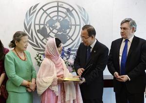 """Ban, quien destacó que mientras la mayoría celebra su cumpleaños """"con una fiesta o un día libre"""", Malala ha elegido venir a la ONU a seguir defendiendo su causa por la educación y dijo estar emocionado de que los jóvenes ocupen Naciones Unidas para enviar un mensaje firme de """"esperanza y empoderamiento"""", de """"dignidad y oportunidad""""."""